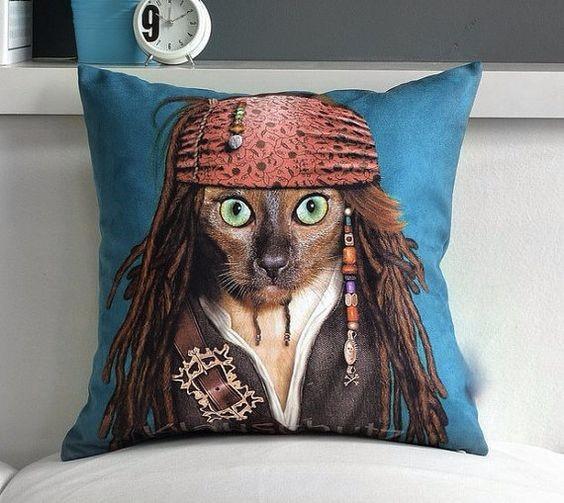 Подушка с котом в образе капитана Джека Воробья