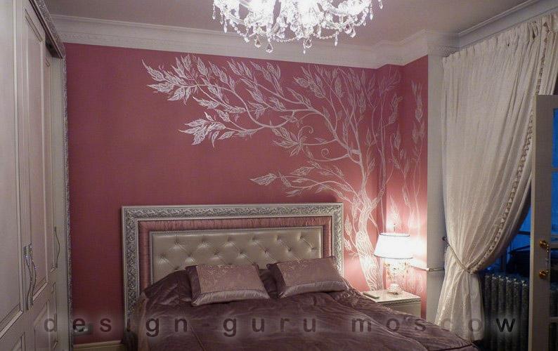 Дизайн интерьера современной квартиры с росписью стены. Спальня.