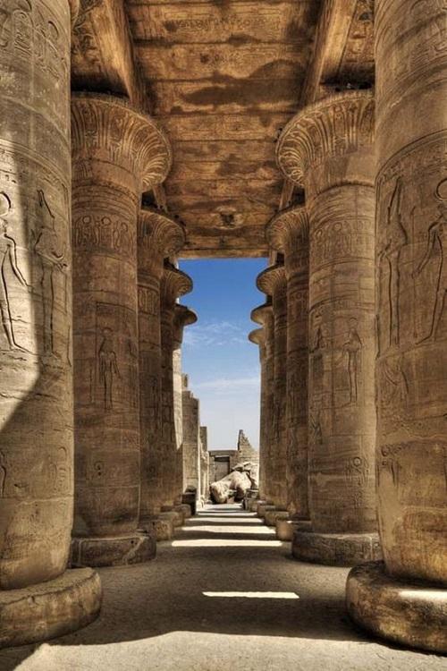 Колонны древнего египетского храма