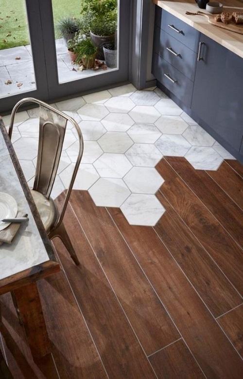 Совмещение керамической плитки и дерева в отделке пола в кухне