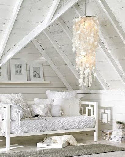 Простая белая спальня с большой красивой люстрой