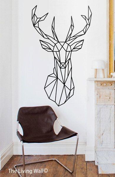 Трафарет на стене гостиной в виде головы оленя