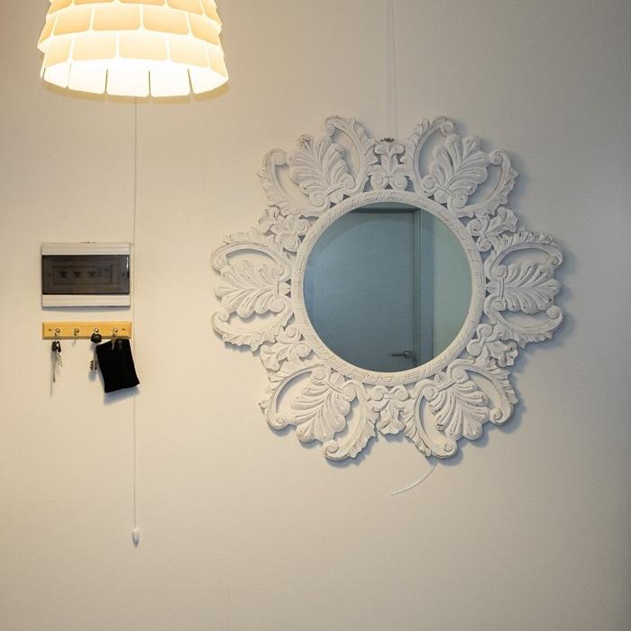 Винтежное зеркало в современном интерьере квартиры
