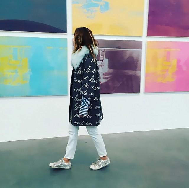 Дизайнер Келли Уистлер в картинной галерее