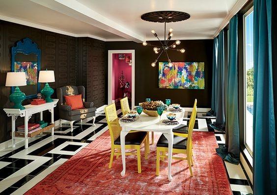 Столовая в ярких цветах с неоклассической мебелью
