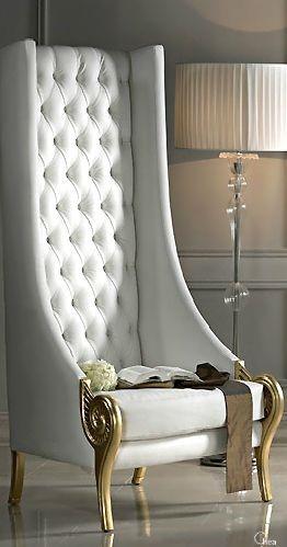 Оригинальное дизайнерское неоклассическое кресло в интерьере