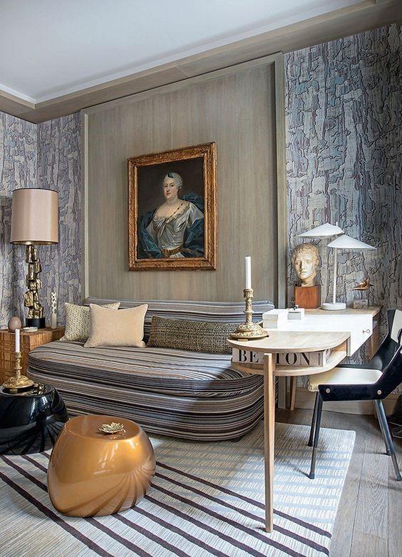 Неоклассическая гостиная с классической картиной