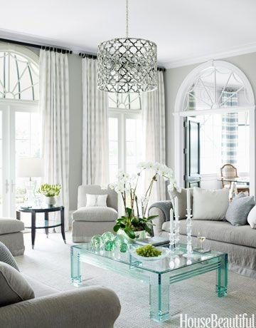 Неоклассическая гостиная с современным пластиковым кофейным столом