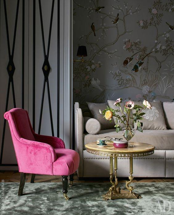 Яркое кресло в барочном стиле и роспись стен в стиле шинуазри