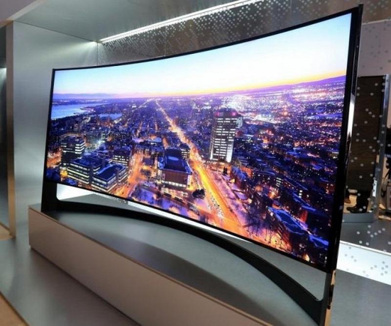 Большой широкоформатный телевизор с изогнутым экраном