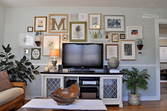 Телевизор в окружении картин