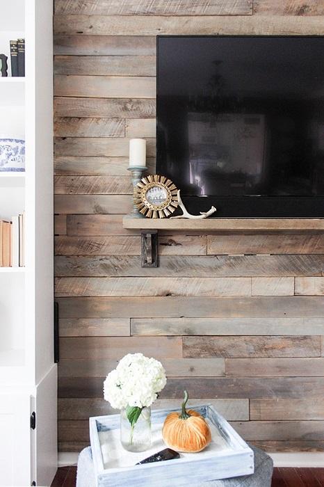 Телевизор на фоне деревянной стены