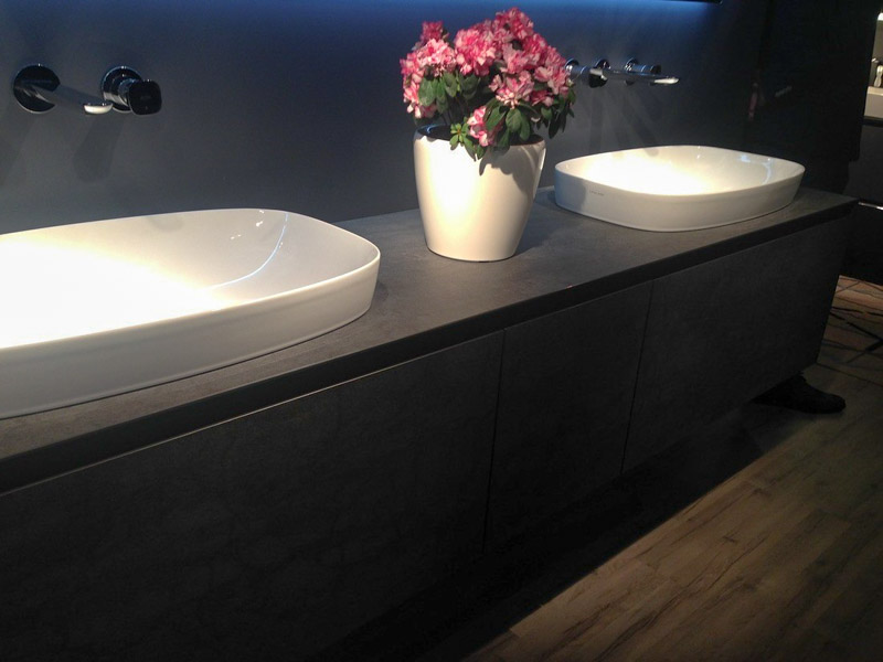 Черная мебель для ванной комнаты