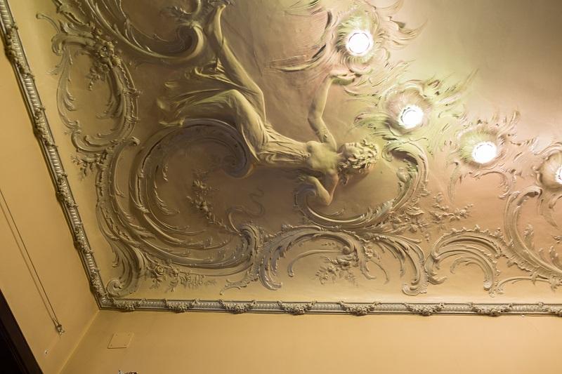 Потолок с встроенными светильниками в особняке Смирнова