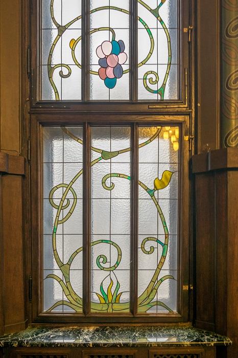 Окно с витражом в готической гостиной особняка