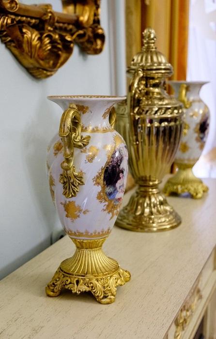Классические фарфоровые вазы в интерьере