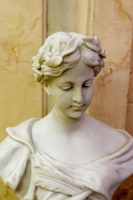 Классическая скульптура в историческом интерьере