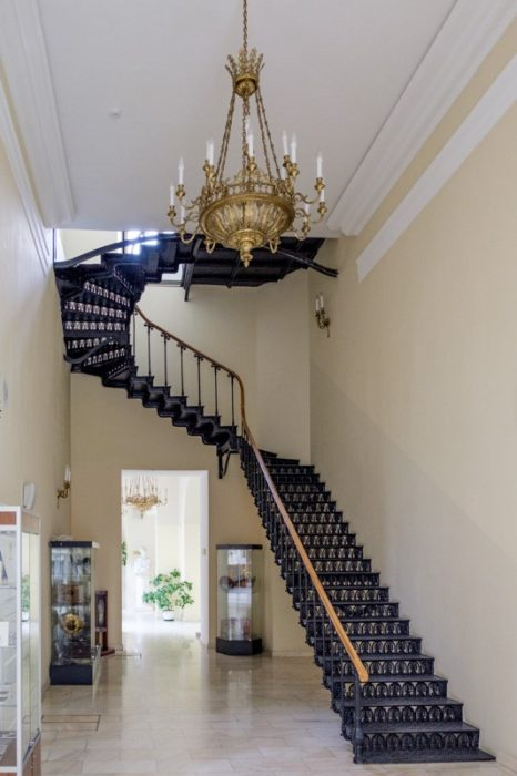 Кованная лестница и люстра в стиле ампир