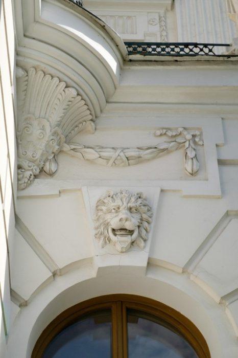 Львы на фасаде здания