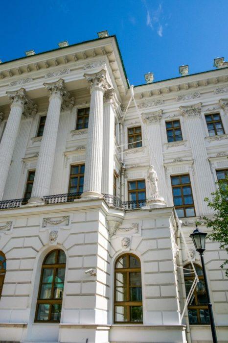 Классические колонны на фасаде здания