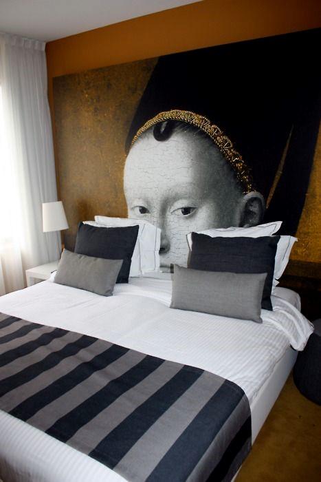 Фотообои в качестве изголовья кровати
