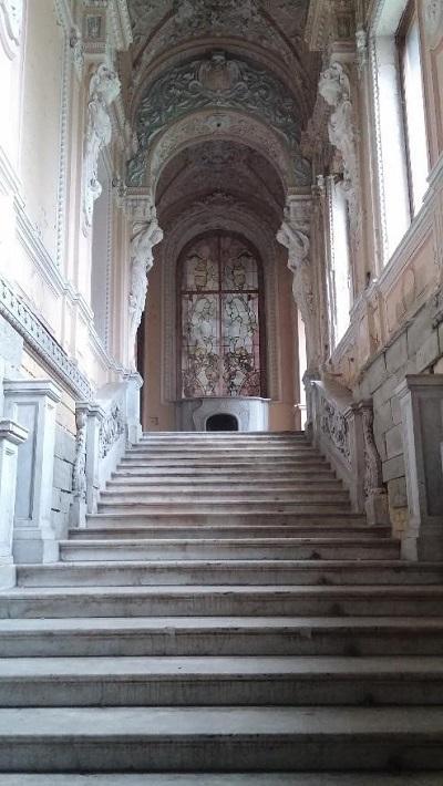 Вид на камин с парадной лестницы