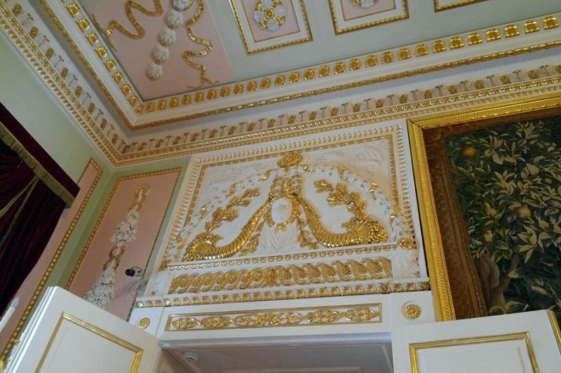 Отделка золотом лепного декора стен