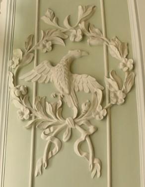 Медальон с орлом на стене