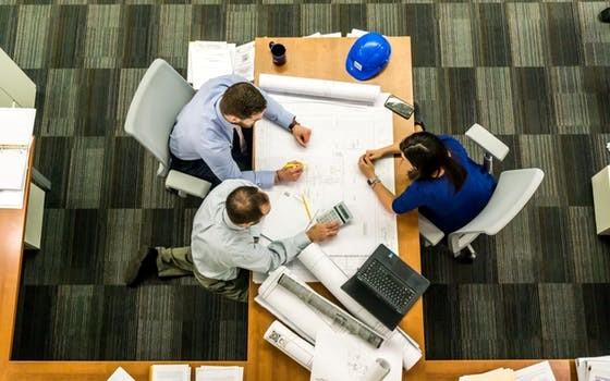 Дизайнеры общаются с клиентом