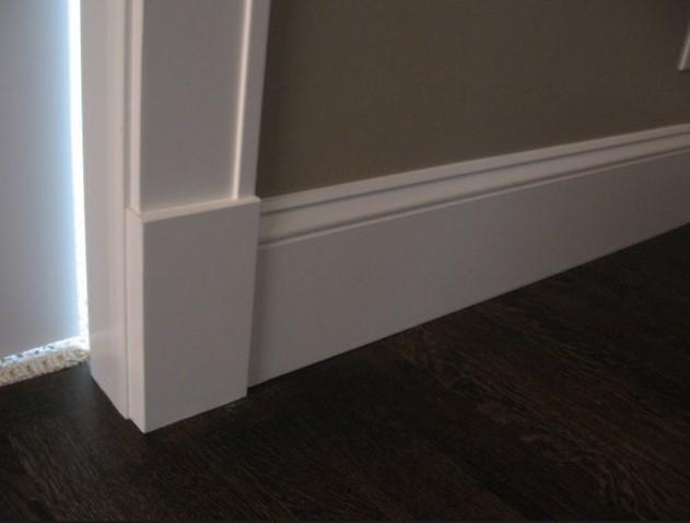 Стыковка высокого плинтуса и дверного наличника