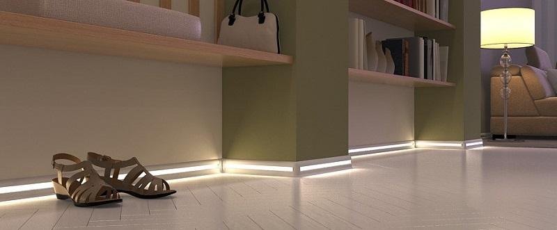 Стандартный пластиковый плинтус со светодиодной лентой