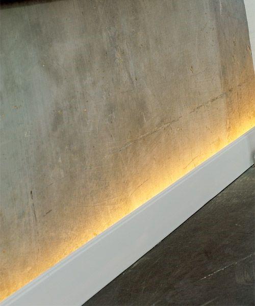 Подсветка стены из-за плинтуса