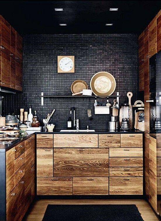 Кухня с деревянными фасадами и черным фартуком