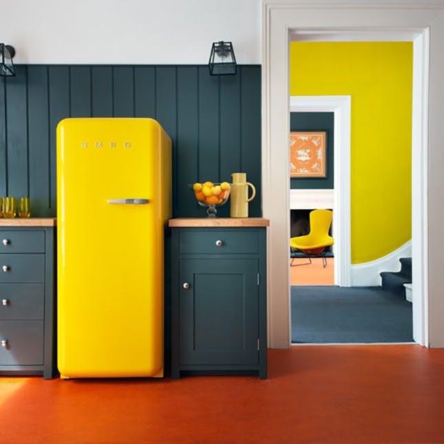 Яркий холодильник SMEG в интерьере кухни