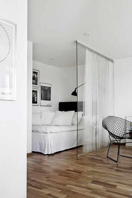 Спальня со стеклянной перегородкой в маленькой квартире