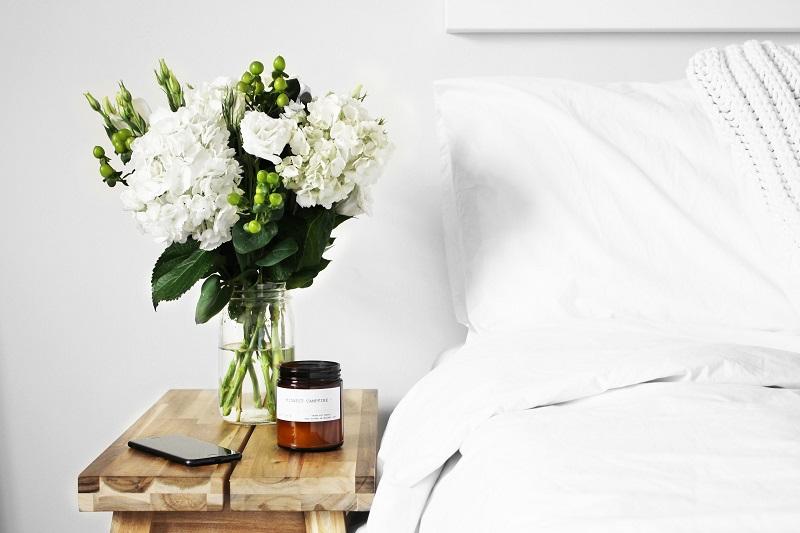 Современный интерьер спальни в светлых тонах