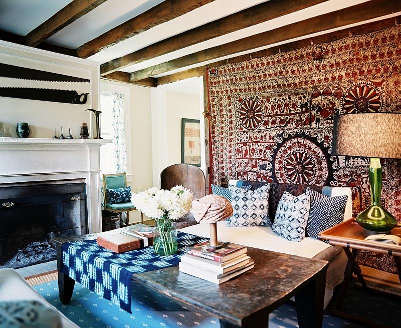 Интерьер в стиле бохо-шик с ковром за диваном