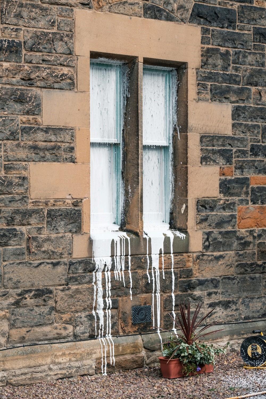 Закрашенные окна дома