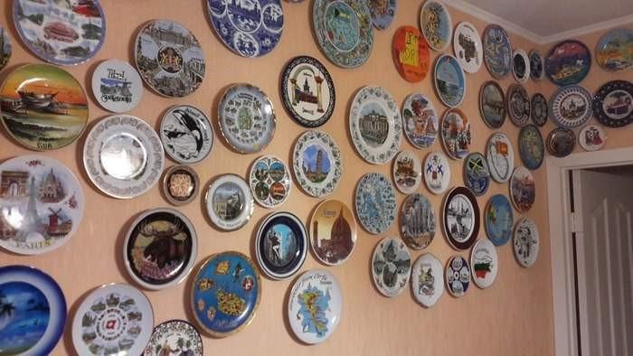 Декоративные тарелки на стене в квартире