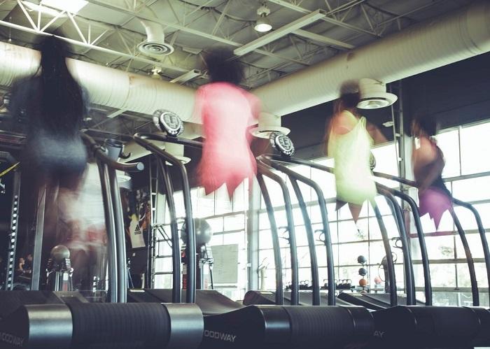 Люди занимаются в фитнес центре