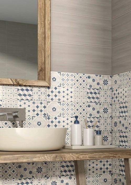 Плитка с голубым рисунком в ванной комнате