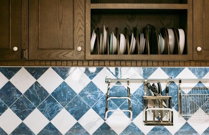 Кухня из дерева с брашированным фасадом
