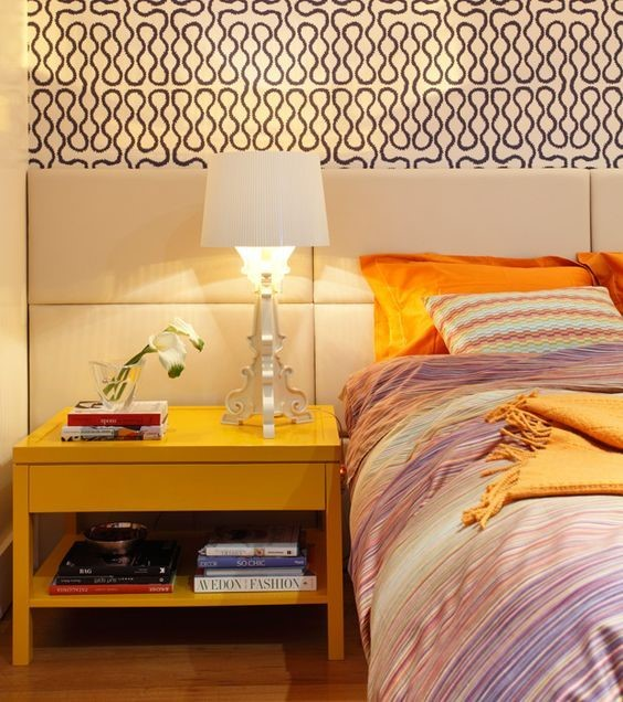 Цветные современные покрывала в интерьере спальни