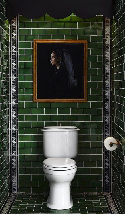 Белая затирка и темно зеленая плитка