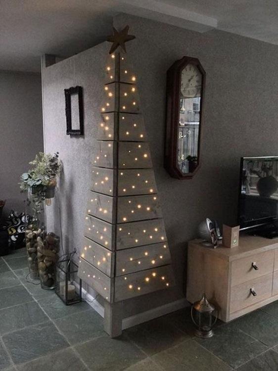 Арт-объект в виде новогодней елки на углу стены